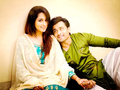 Watch: Shoaib plays guitar for Dipika