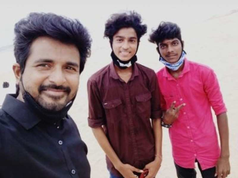 SivaKarthikeyan spotted at the beach with fans, Is this picture taken recently?
