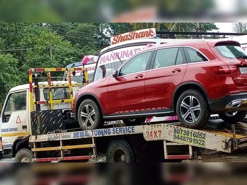 Vijay Raghavendra's car being towed back to Bengaluru