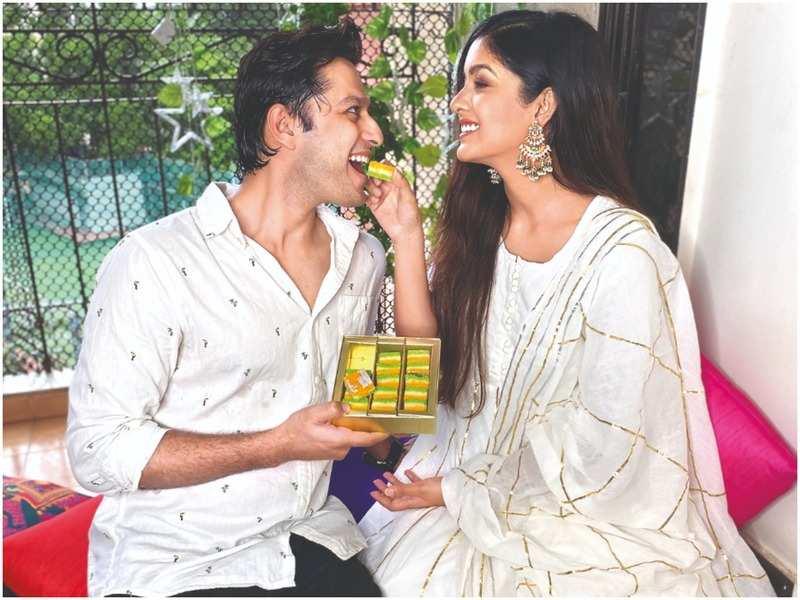 Vatsal Sheth and Ishita Dutta enjoy the tricolour-themed sweets