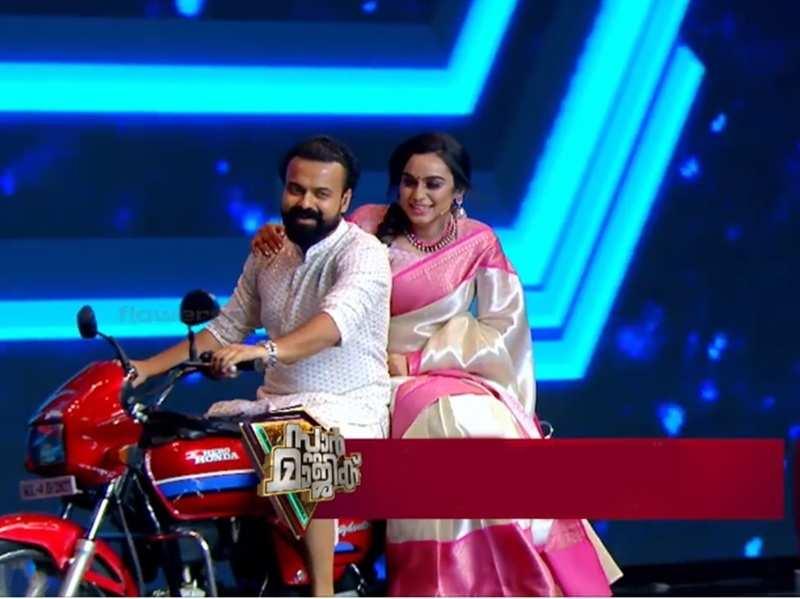 Kunchako Boban leaves Star Magic host Lakshmi Nakshathra overwhelmed as he recreates his iconic bike ride from 'Aniyathipraavu'