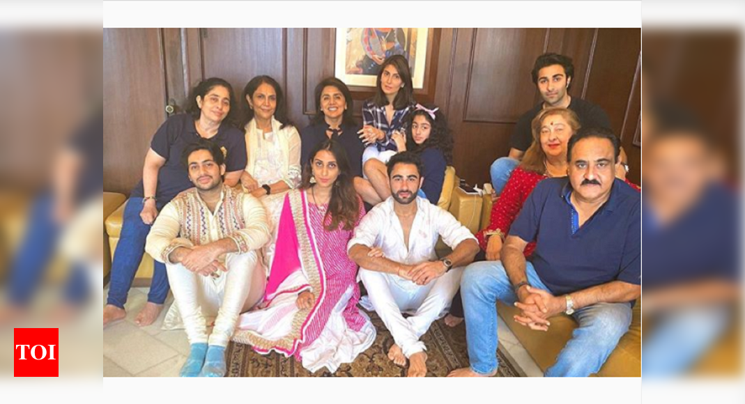 Riddhima Kapoor shares a lovely picture featuring Neetu Kapoor, Aadar, Rima Jain and other family members - Times of India