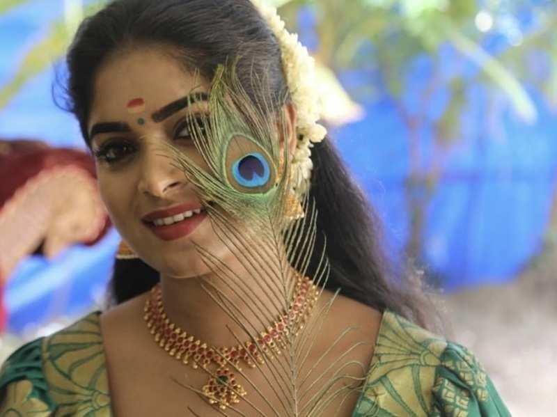Watch: Pookkalam Varavayi's Arathy Sojan recreates 'Vathikkalu Vellaripravu' song