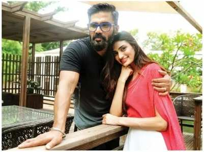 Suniel turns fitness trainer for Athiya