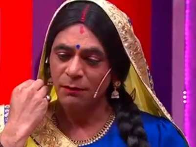 Sunil aka Topi Bahu photocopies rotis; watch
