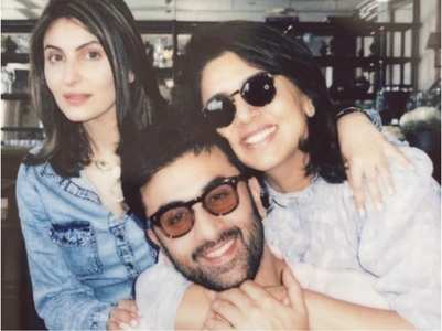 Ranbir enjoys b'day lunch with mom and sis