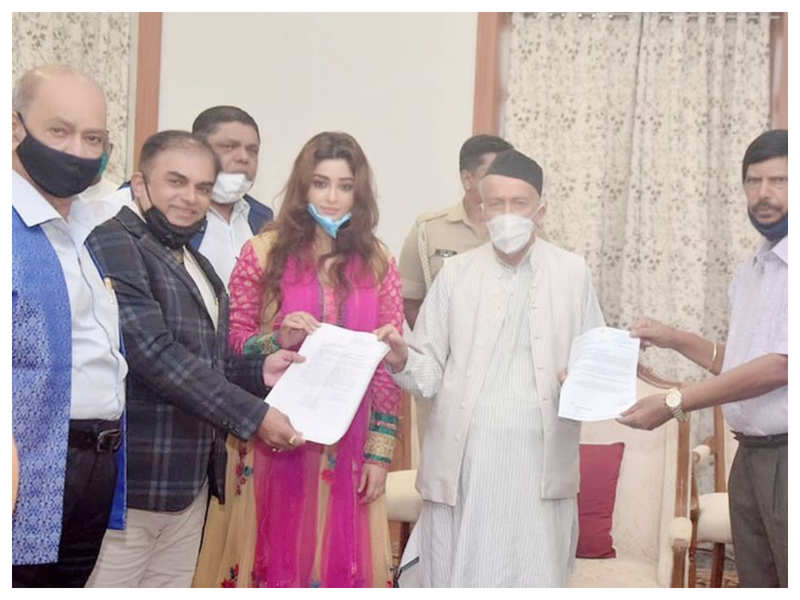 """Payal Ghosh shares pictures with Maharashtra Governor BS Koshyari, says """"the naysayers will be there but I will not stop"""""""