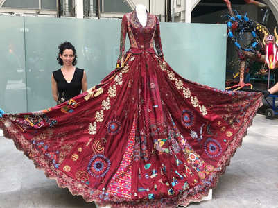This red dress travelled the world for 10 years, we tell you why!