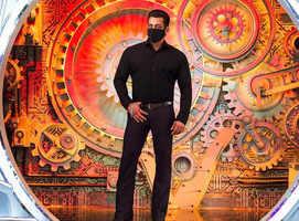 BB14: Host Salman stuns in all black attire