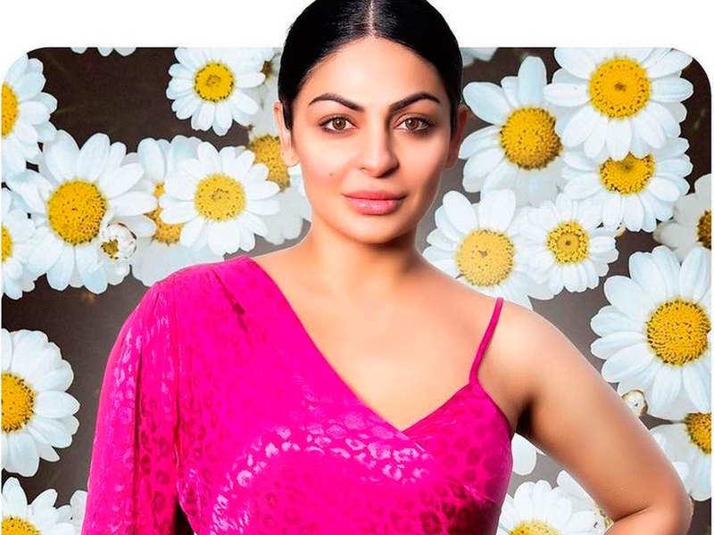 Neeru Bajwa grooves to Nimrat Khaira's vocals in the new song 'Blink'