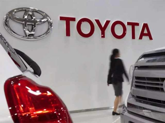"""Toyota to invest $500 million in KDDI to deepen ties for """"connected car"""""""