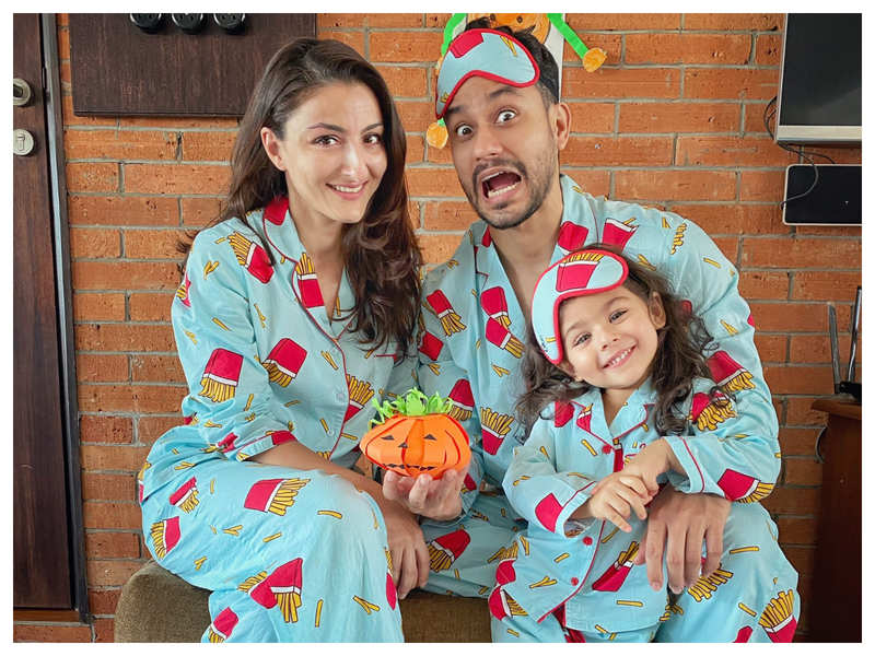 Kunal Kemmu's super adorable Halloween picture with wife Soha Ali Khan and daughter Inaaya is too cute to miss