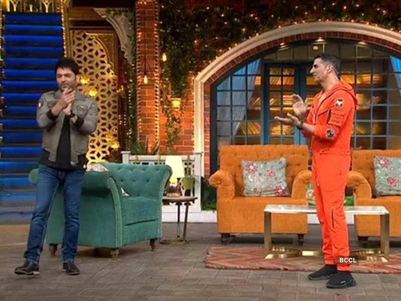 The Kapil Sharma Show Akshay Kumar Completes Silver Jubilee On The Show Host Gifts Him A Money Teller Times Of India Comedian kapil sharma turns 39 this year and will be celebrating his birthday by worshipping his daughter on the ninth day of navratra. the kapil sharma show akshay kumar