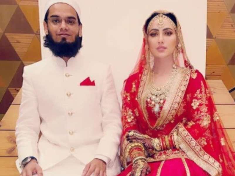 Sana Khan shares pic with husband Mufti Anas; looks ravishing in red lehenga