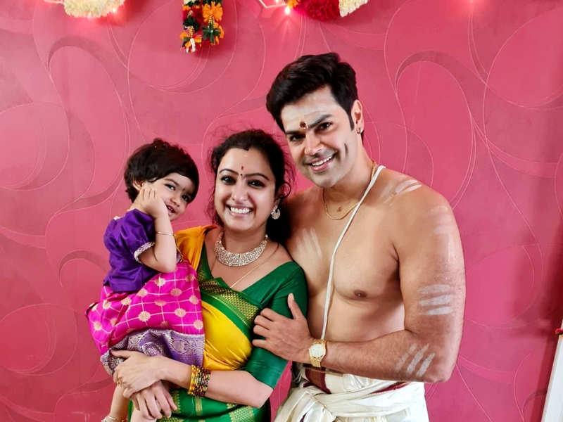 Bigg Boss Tamil 1 fame Ganesh Venkatram - Nisha Ganesh celebrate fifth wedding anniversary along with Ayush Homam for daughter Samaira (Photo - Instagram)