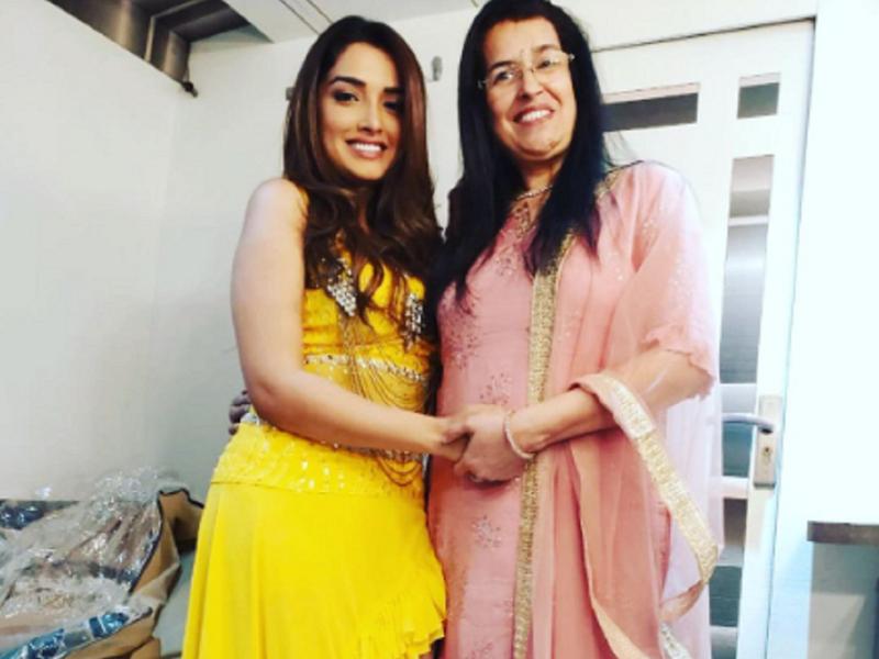 Aamrapali Dubey pens a heartfelt birthday wish for mother Usha Dubey