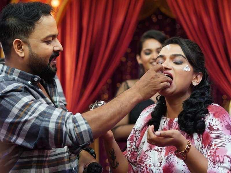Host Krishna Praba enjoys a birthday bash with team Super Bumper