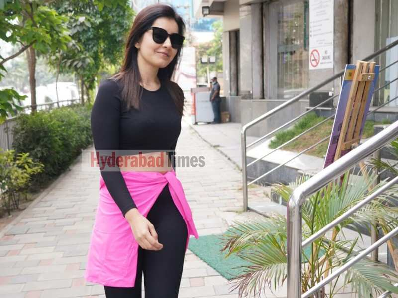 Spotted: Raashi Khanna shows off her abs in black and pink workout wear