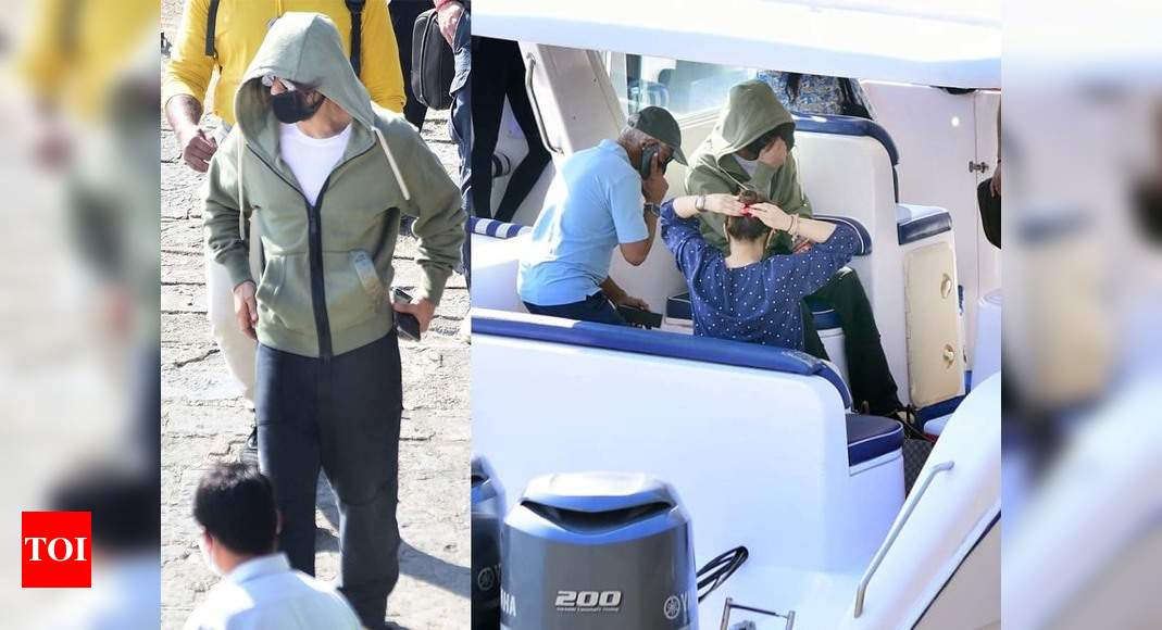 Photos: Shah Rukh Khan gets snapped at Gateway of India, sports a hoodie and mask - Times of India