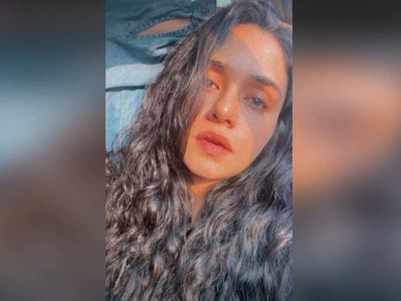 Amruta Khanvilkar's sun-kissed selfie is sure to leave you mesmerised