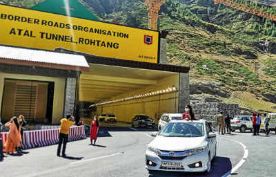 Snow Avalanche blocks Atal Tunnel