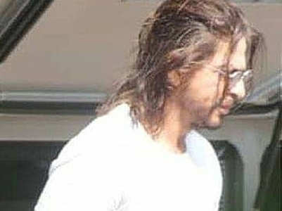 SRK sports long hair as he shoots for Pathan