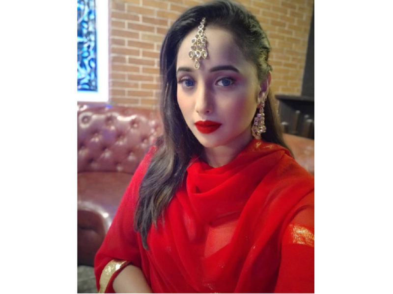 Rani Chatterjee looks drop-dead gorgeous in her traditional red outfit