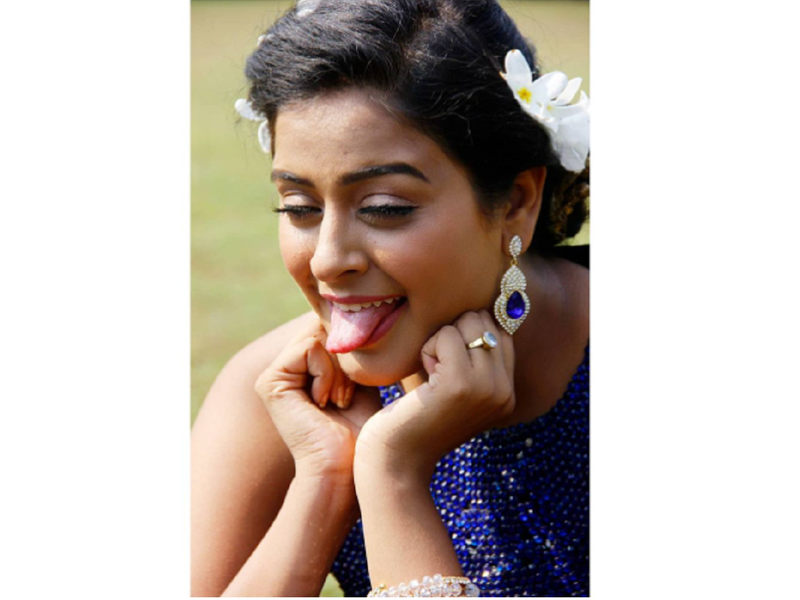 Yamini Singh shows her fun side; shares a hilarious picture from the set