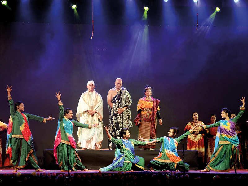 (L-R) Bakul Thakkar, Amit Behl and Lubna Salim in the play Paansa (BCCL/ Aditya Yadav)