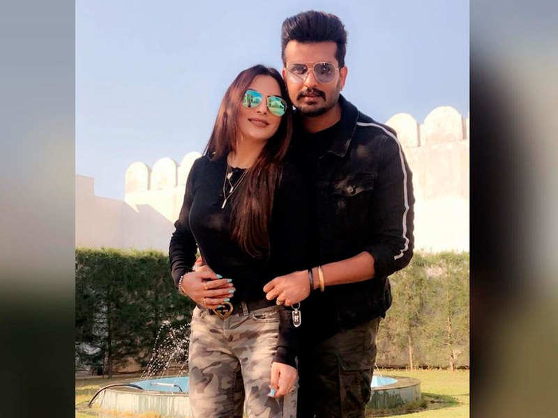 Twinning in matching outfits, Yuvraaj Hans and Mansi Sharma give couple goals