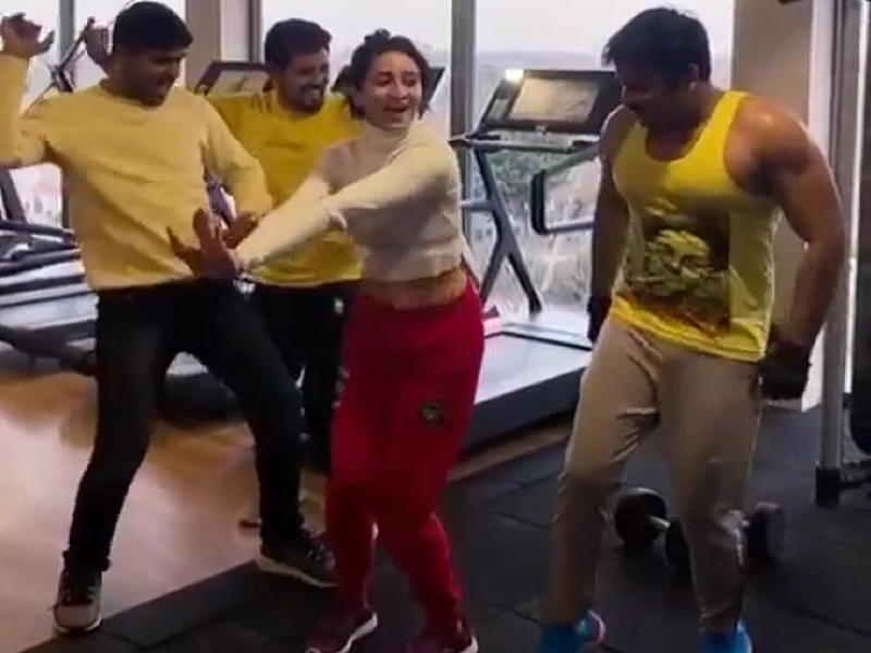 Video: Pawan Singh and Harshika Poonacha groove on 'Lollypop Lagelu' at the gym in London