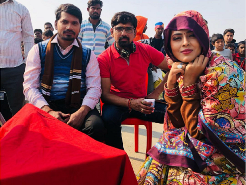 'Jaisi Karni Waisi Bharni': Pravesh Lal Yadav shares a photo with Richa Dixit and director Manjul Thakur