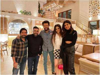 Shilpa, Genelia, Riteish & Raj dine together