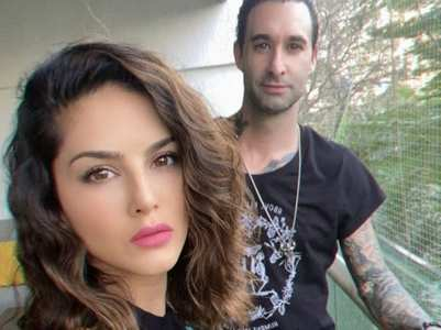 Sunny Leone & Daniel pose for a selfie