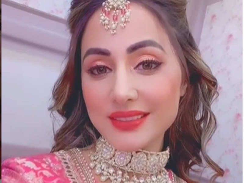 Hina Khan Returns As Akshara For An Award Function Says I Have Given My Heart And Soul To This Character And The Show Times Of India She would never know (2021). hina khan returns as akshara for an