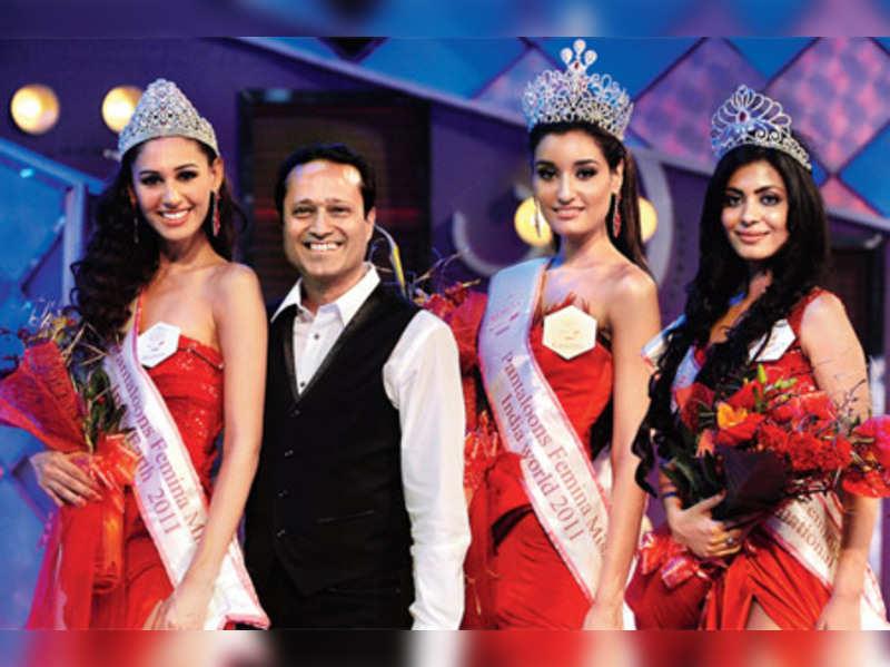 "Winning moment: Kanishtha Dhankar, Pantaloons Femina Miss India-World 2011 is flanked by (left) Hasleen Kaur, PFMI-Earth 2011 and Ankita Shorey, PFMI-International 2011 with Vineet Jain, Managing Director, Times Group <a href=""http://photogallery.indiatimes.com/beauty-pageants/miss-india/pfmi-11-winners/articleshow/7987305.cms""target=""_blank"">More Pics</a>"