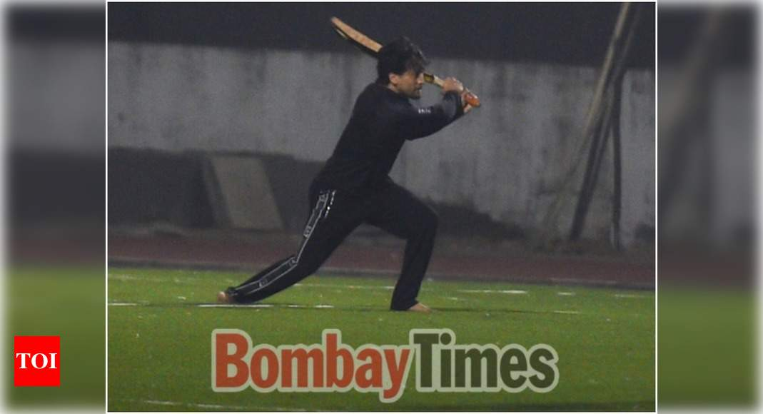 EXCLUSIVE! Tiger Shroff spotted playing cricket in Bandra – Times of India ►