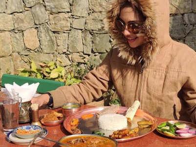 Pooja Banerjee relishes Punjabi food