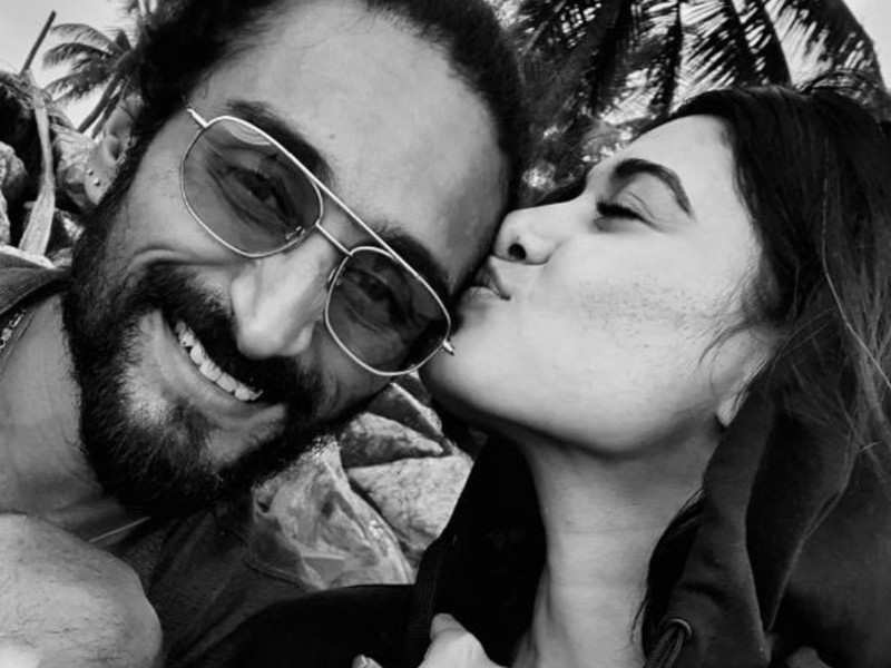 Actress Oviya grabs everyone's attention by sharing a romantic click with her beau