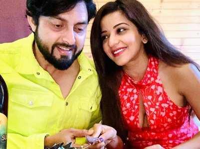 Monalisa celebrates anniv. with Vikrant