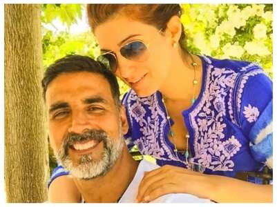 Akki-Twinkle get romantic on 20th anniversary
