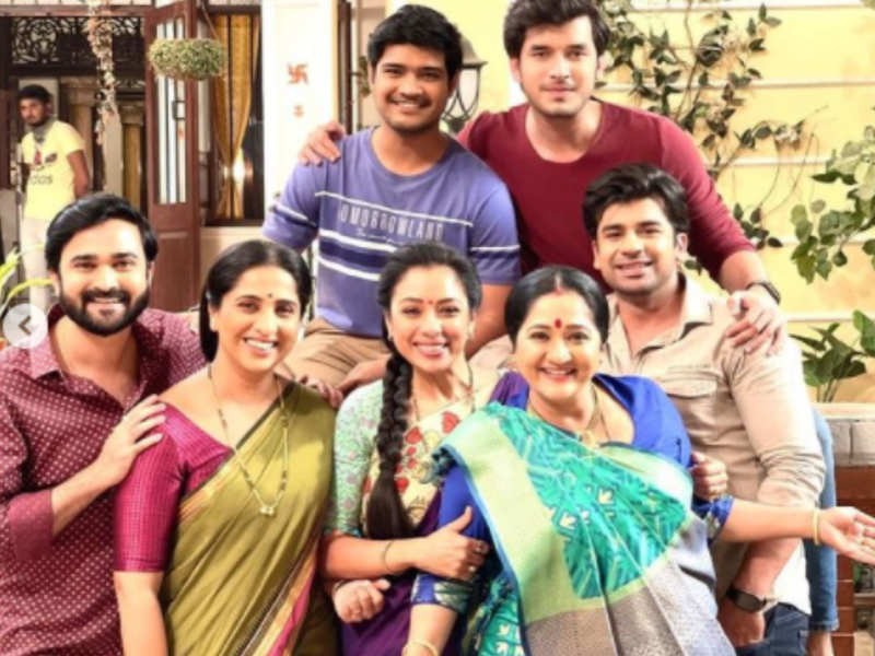 Team Aai Kuthe Kay Karte enjoys a reunion with Team Anupama; see pics