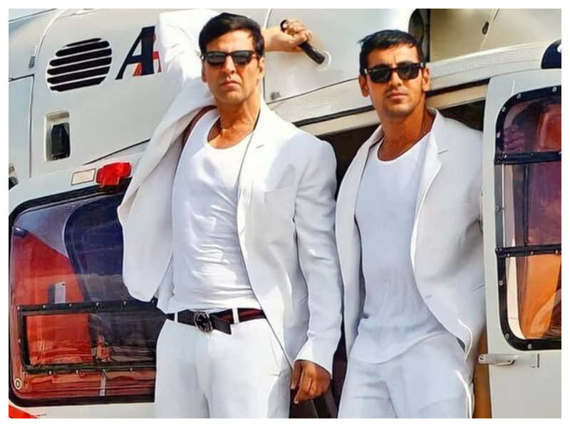 You just cannot take your eyes off Akshay Kumar and John Abraham in this throwback picture