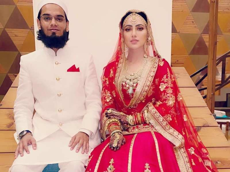Sana Khan gifts her husband Anas Saiyad a phone as they complete second month of their marriage