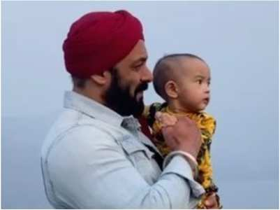 Watch Salman bonding with Ayat on Antim sets