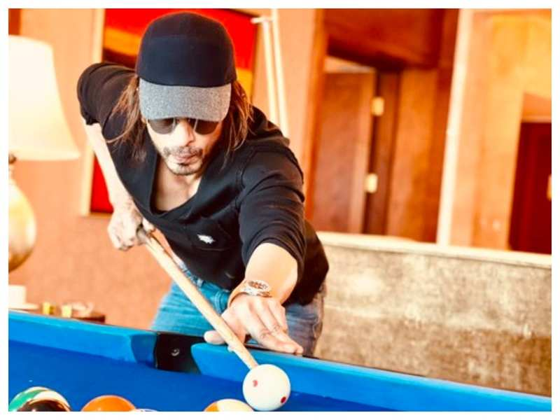 THIS picture of Shah Rukh Khan playing billiards will give you major weekend vibes