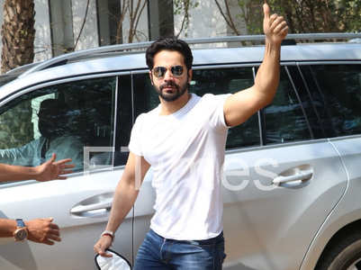 Varun Dhawan arrives at the venue in Alibaug