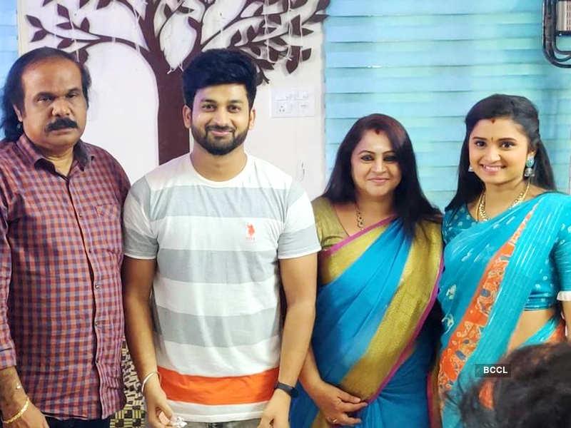 Here's how the team of Agni Natchathiram celebrated Vasanth Vasi's birthday; see pics (Photo - Instagram)