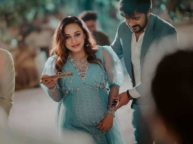 These pictures of mom-to-be Pearle Maaney from her sister's engagement radiate pregnancy glow