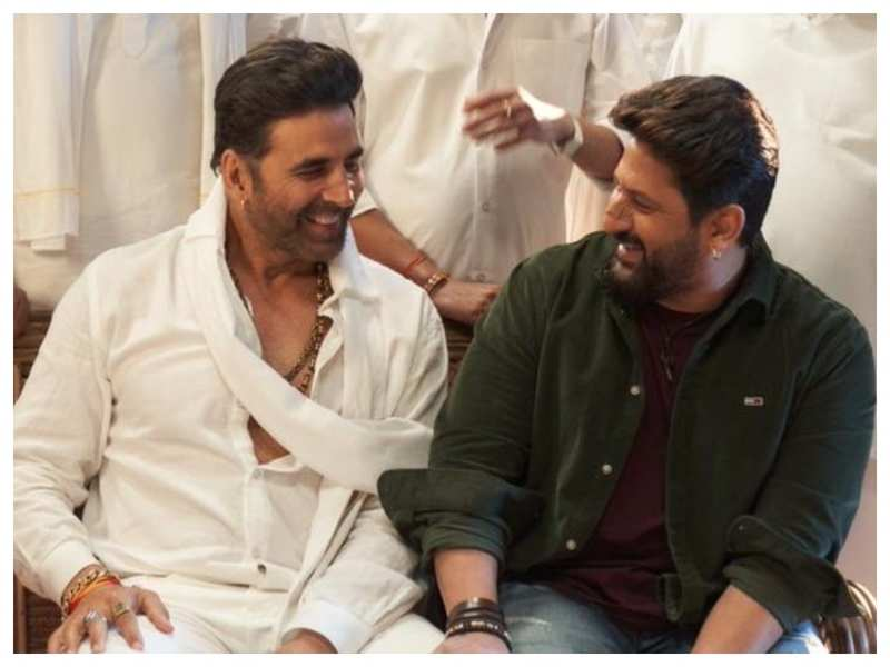 Arshad Warsi shares a BTS picture with Akshay Kumar from the sets of 'Bachchan Pandey' as they call it a wrap